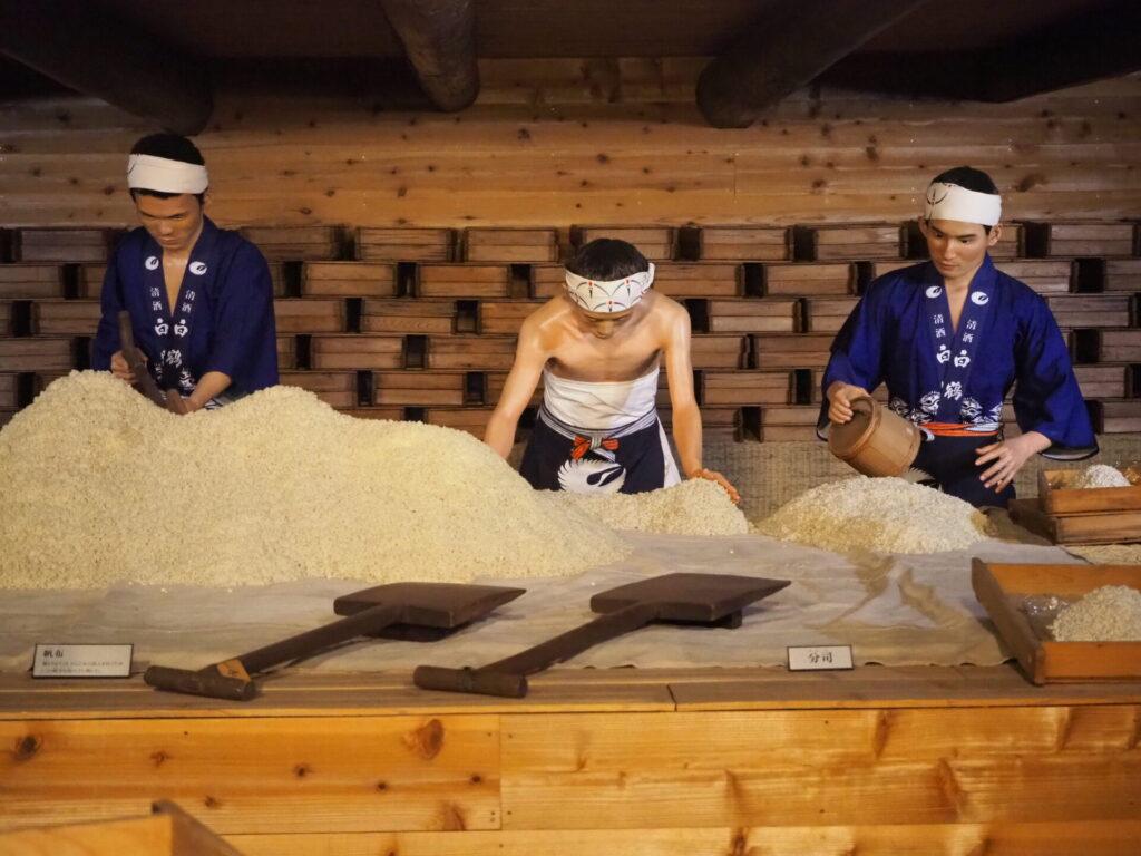trier les grains de riz fait partie du processus de fabrication du saké